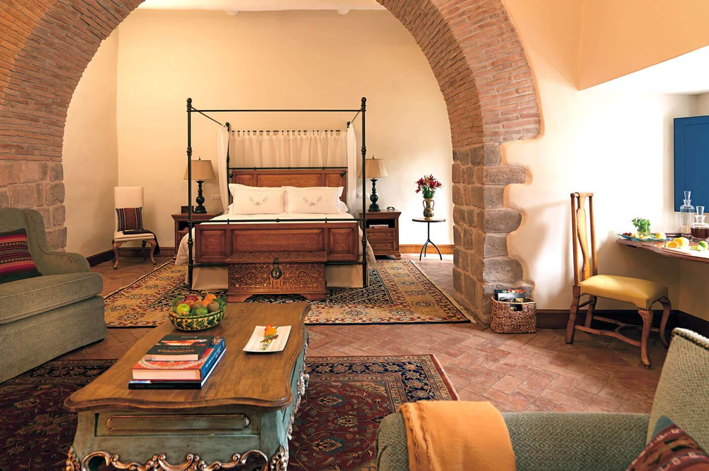 Fino suite con una amplia sala de estar dentro del Belmond Palacio Nazarenas