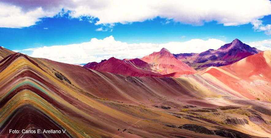Vinicunca conocida también como la montaña arcoíris en medio de los andes