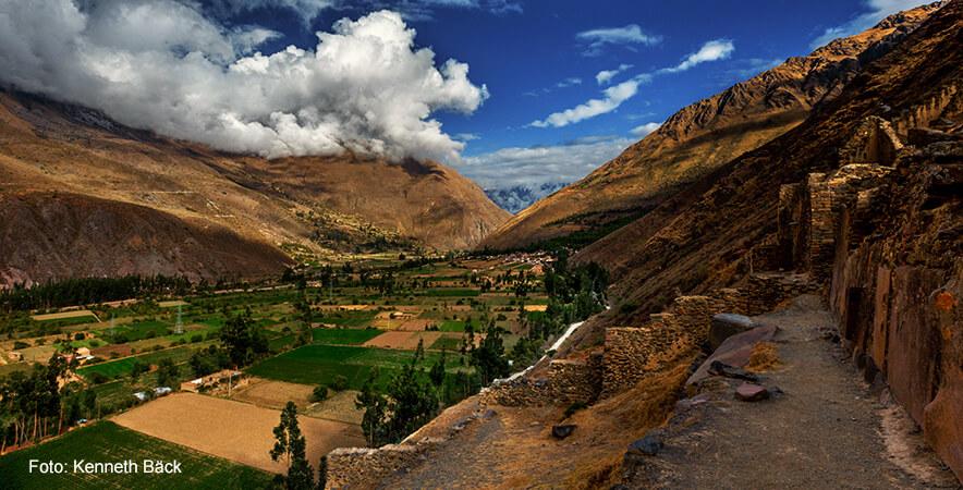 Vista hacia el valle Ollantaytambo, una finca real del inca Pachacutec