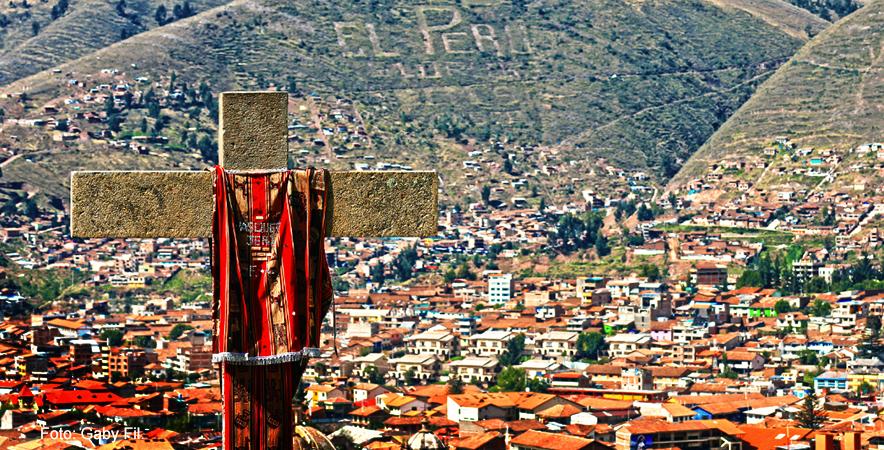 Cruz Velacuy es una celebraci+¦n andina de car+ícter religioso que traslada las cruces desde cerros, cumbres y santuarios