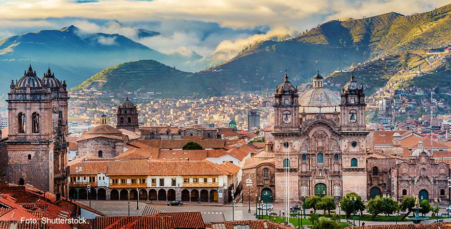 La Catedral de Cusco es una de las m+ís visitas en la plaza de Armas