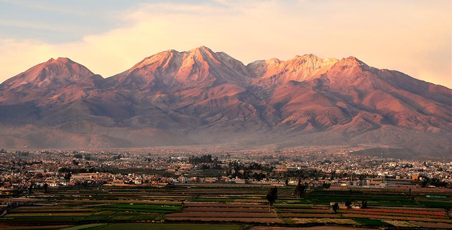 Foto 2_Volc+ín Chachani nubes Arequipa
