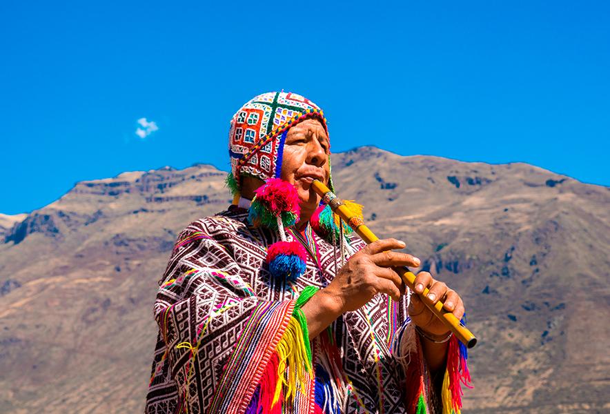 Comunero tocando la quena durante la celebración