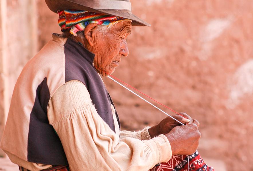 Taquileño dando una demostración de tejido tradicional